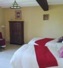 Vue de la chambre BabaYaga, avec 2 chaises bohème, 2 lits, 1 armoire style bohème