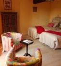 Vue de la chambre BabaYaga, avec 2 fauteuils bohème, 2 lits, 1 armoire style bohème