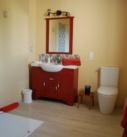 Meuble salle de bains avec lavabo et miroir, douche, toilettes de la chambre BabaYaga