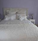 Lit 2 places de la chambre Occitane avec tables de nuit et lampes de chevet