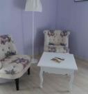 2 fauteuils style crapaud avec des papillons de la chambre occitane et une table basse blanche