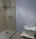Salle de bain de la chambre Occitane, douche à l'italienne, lavabo meuble patiné